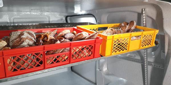 Brötchen im Lieferwagen transportieren