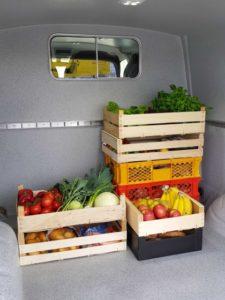 Obst und Gemüse transportiert im Kastenwagen