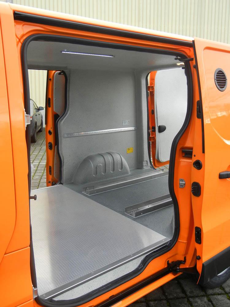 Ausbau eines Kastenwagens des Straßenbaus von einem Bauhof mit Laderaumbeschichtung und Aluboden