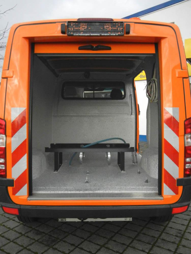 Individueller Fahrzeugausbau mit Laderaumbeschichtung von einem Bauhof Fahrzeug