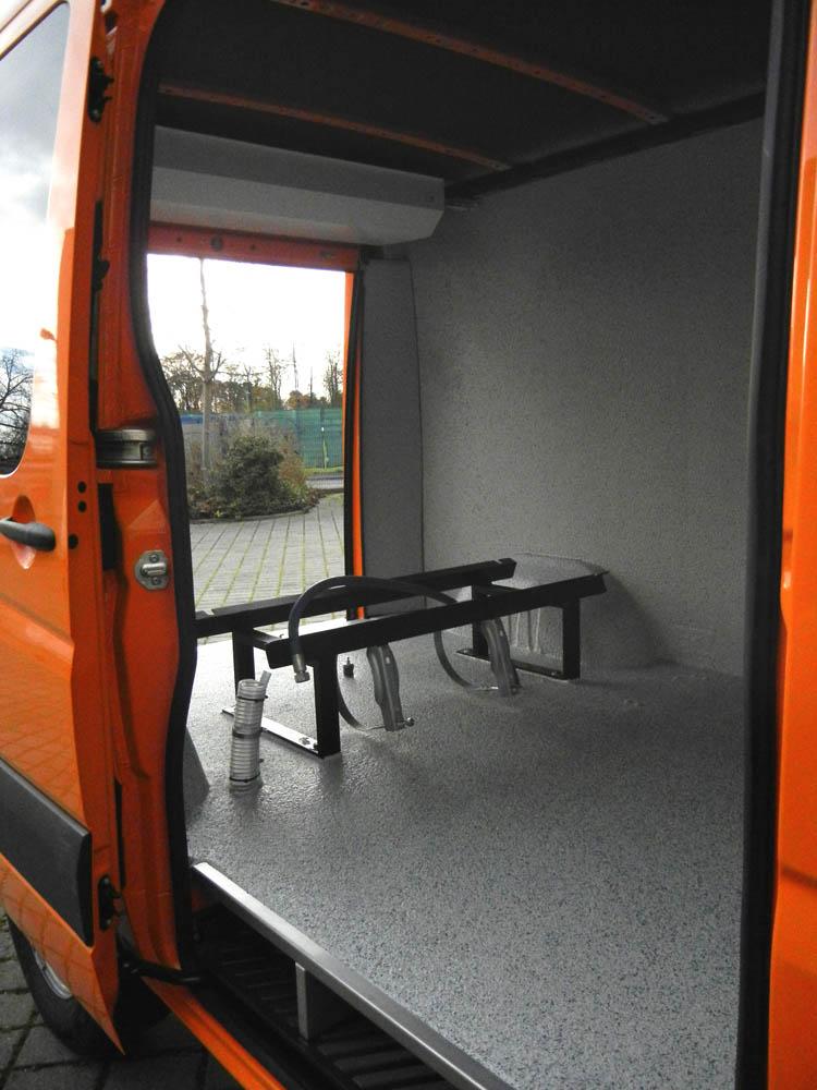 Fahrzeugausstattung inklusive Laderaumbeschichtung eines Bauhof Transporters