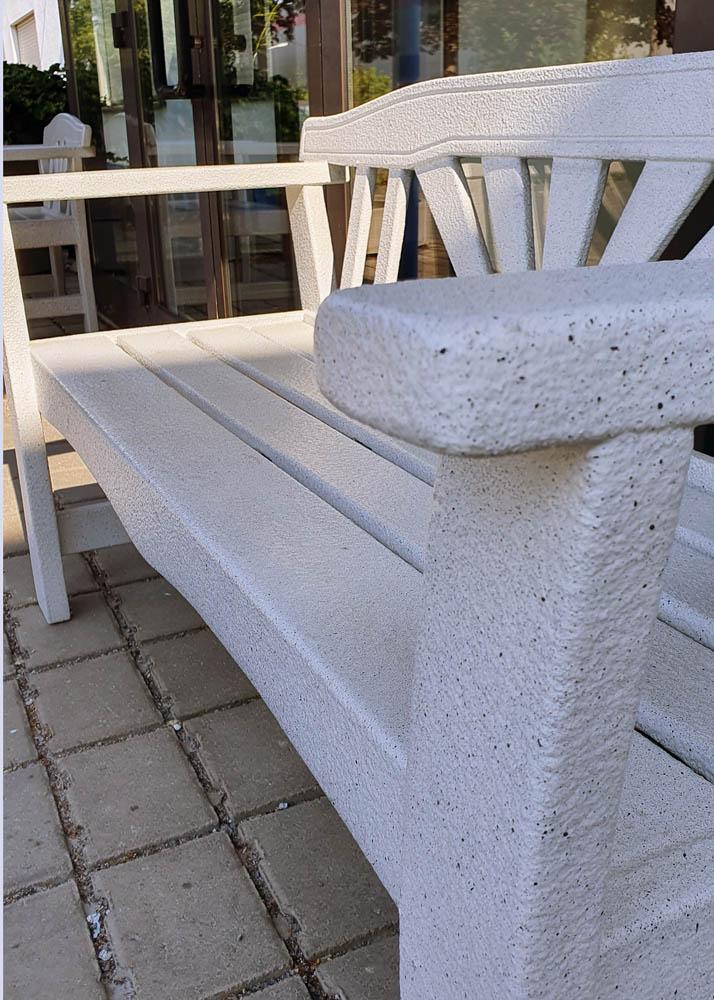 Aufgearbeitete und witterungsbeständig beschichtete Gartenstühle und Gartenmöbel