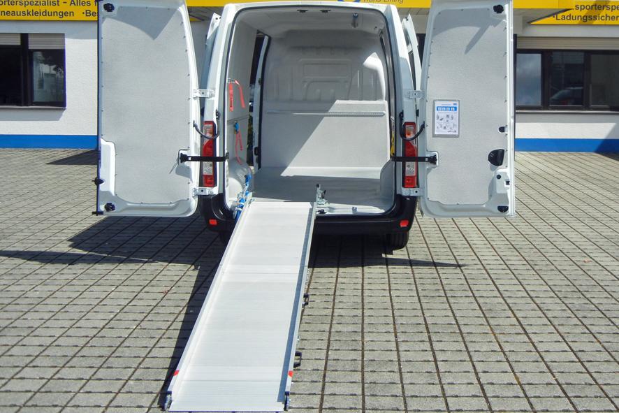 Transporter mit Hygieneausbau und Laderampe als Ladehilfe