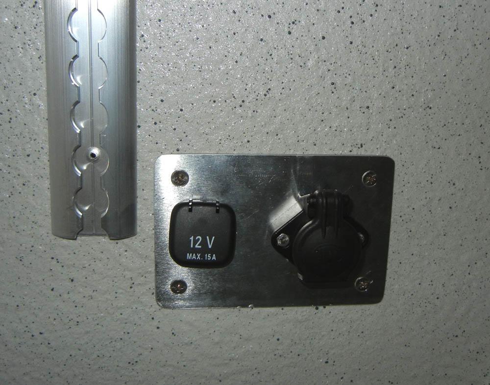 Nachgerüstete 12V Steckdose im Laderaum eines Transporters
