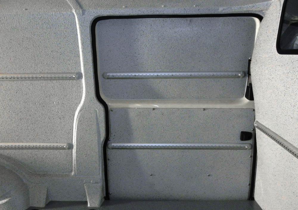 Airline Zurrleisten montiert auf den Schiebetüren eines Transporters