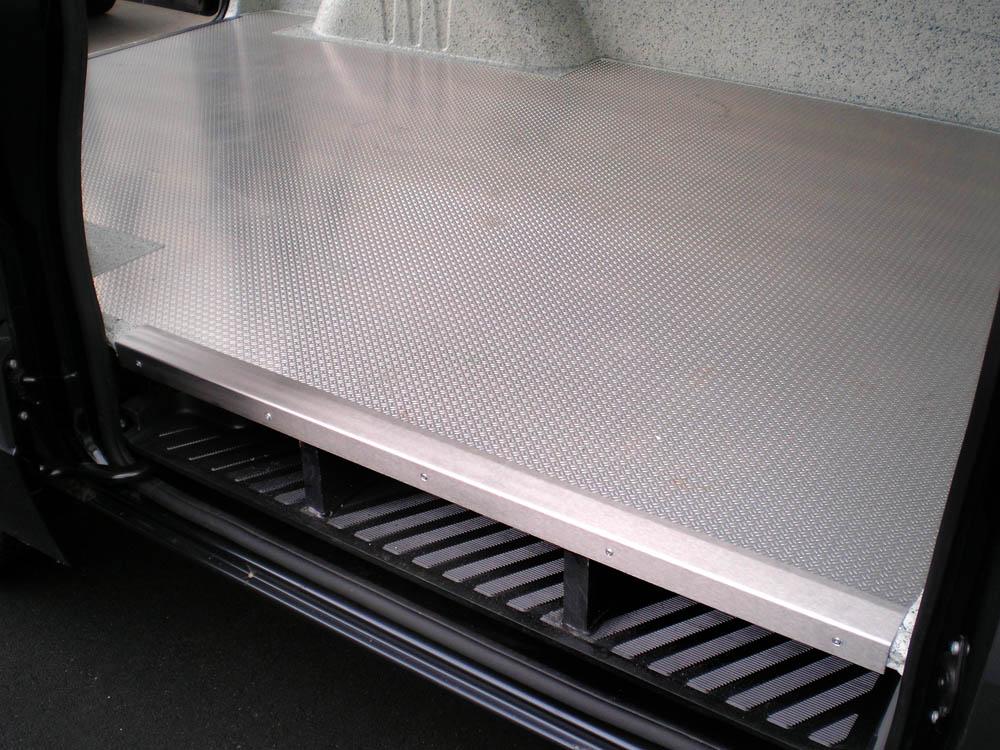 Zusätzlicher Aluminium Boden ermöglicht eine extrem robuste Nutzung des beschichteten Laderaumbodens