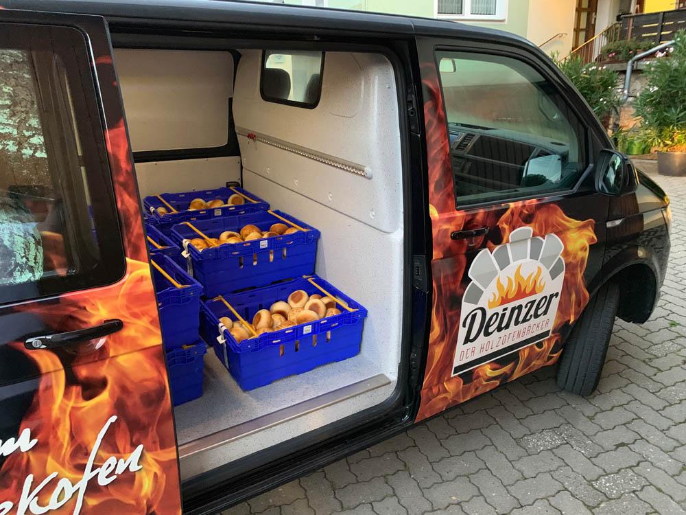 Bäckerei Fahrzeug beim Ausliefern von Brötchen im Transporter mit hygienischer Laderaumverkleidung