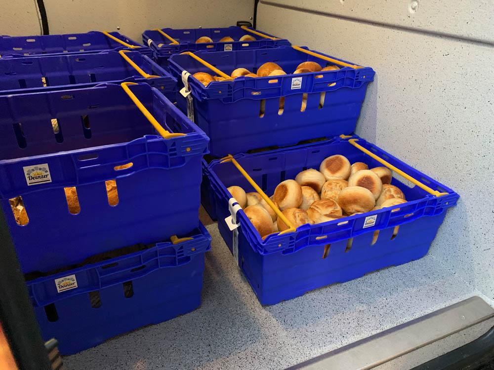 Brötchenkörbe im Bäckerei Transporter bei der Auslieferung