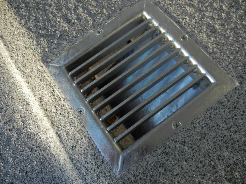 Bodenlüfter bündig im Laderaumboden eines Transporters montiert und integriert