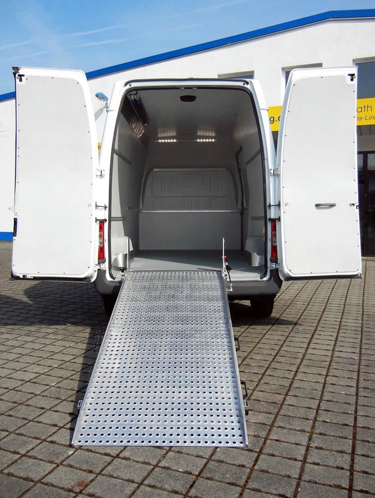 Catering Fahrzeug mit extra langer Laderampe und geringem Steigungswinkel die sichere Auslieferung auch von flüssigen Speisen
