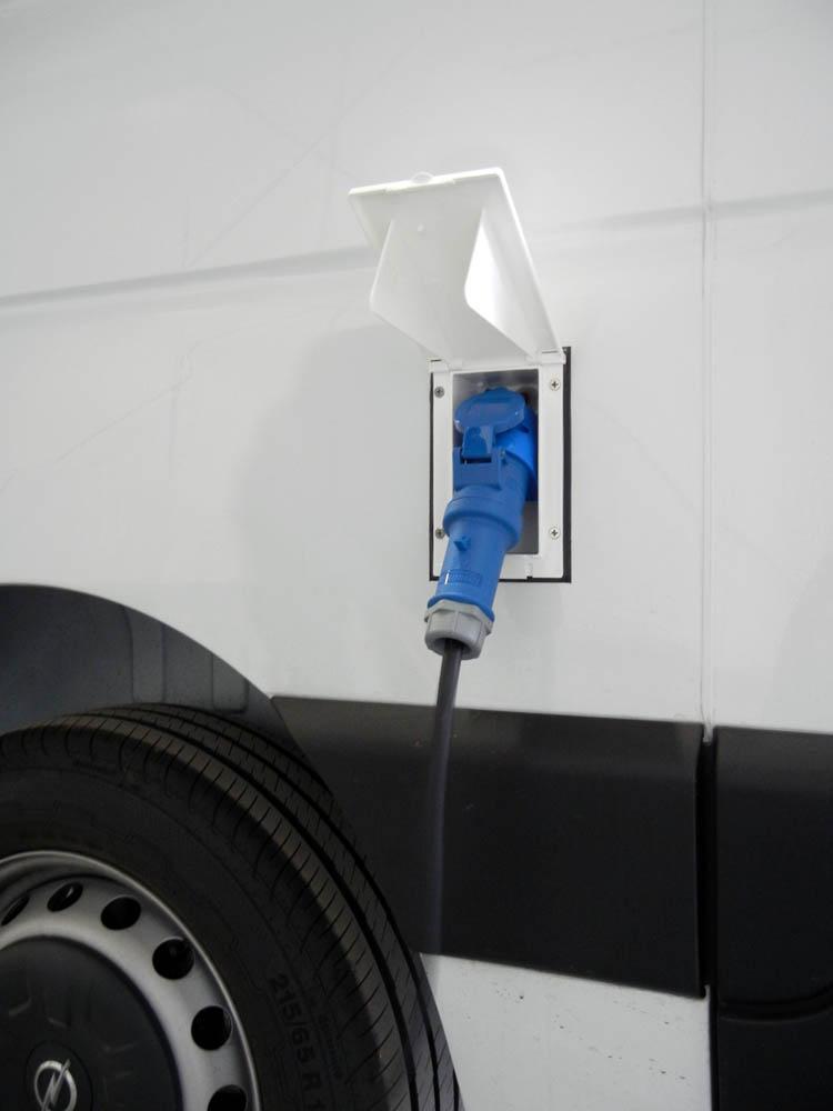 CEE Steckdose zur Stromversorgung des Transporters bei einer Standkühlung oder dem Betrieb von elektrischen Geräten (z.B. Thermobehälter) während des Stands