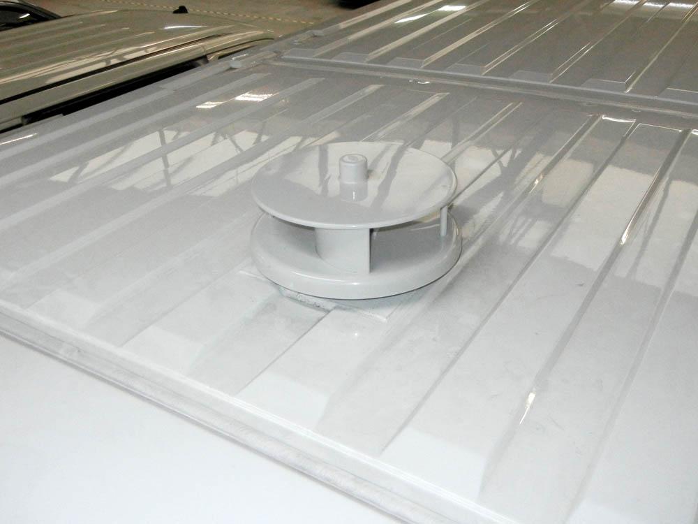 Selbstrotierender Dachlüfter zur Laderaumbe- und -entlüftung auf dem Transporterdach montiert