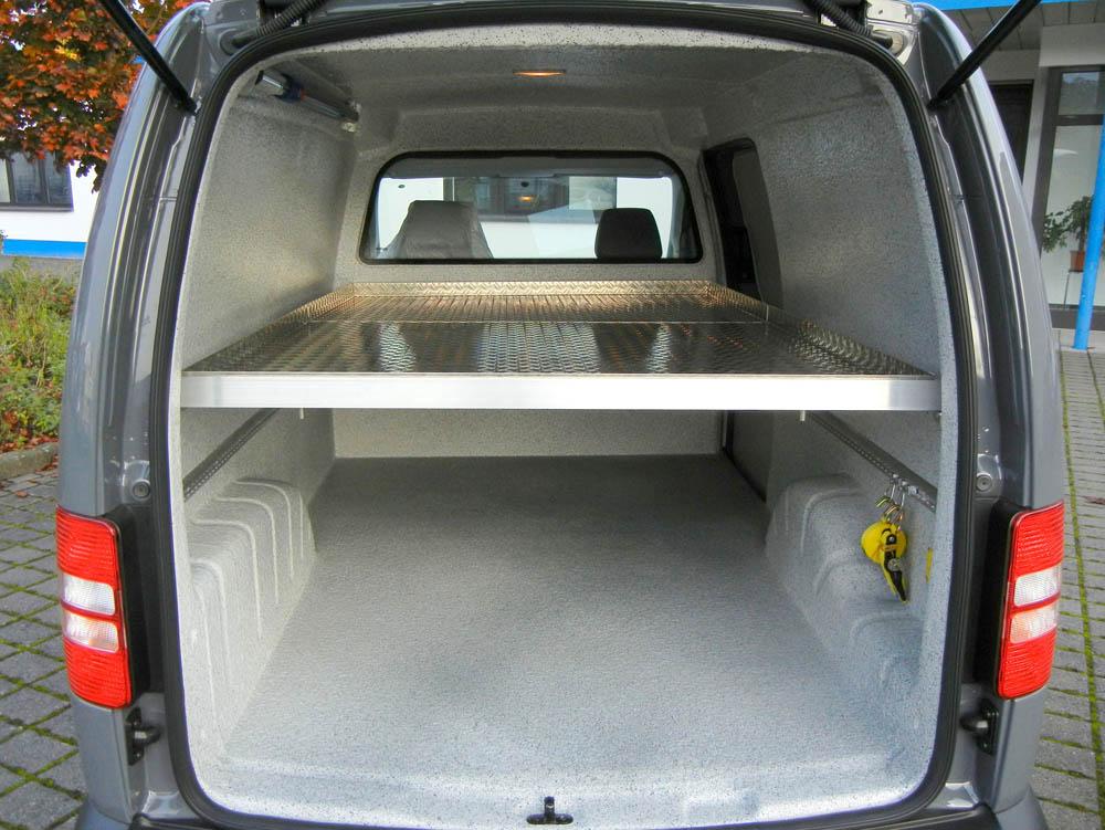 Einlegeboden über die volle Laderaumlänge in einem VW Caddy Lebensmitteltransporter