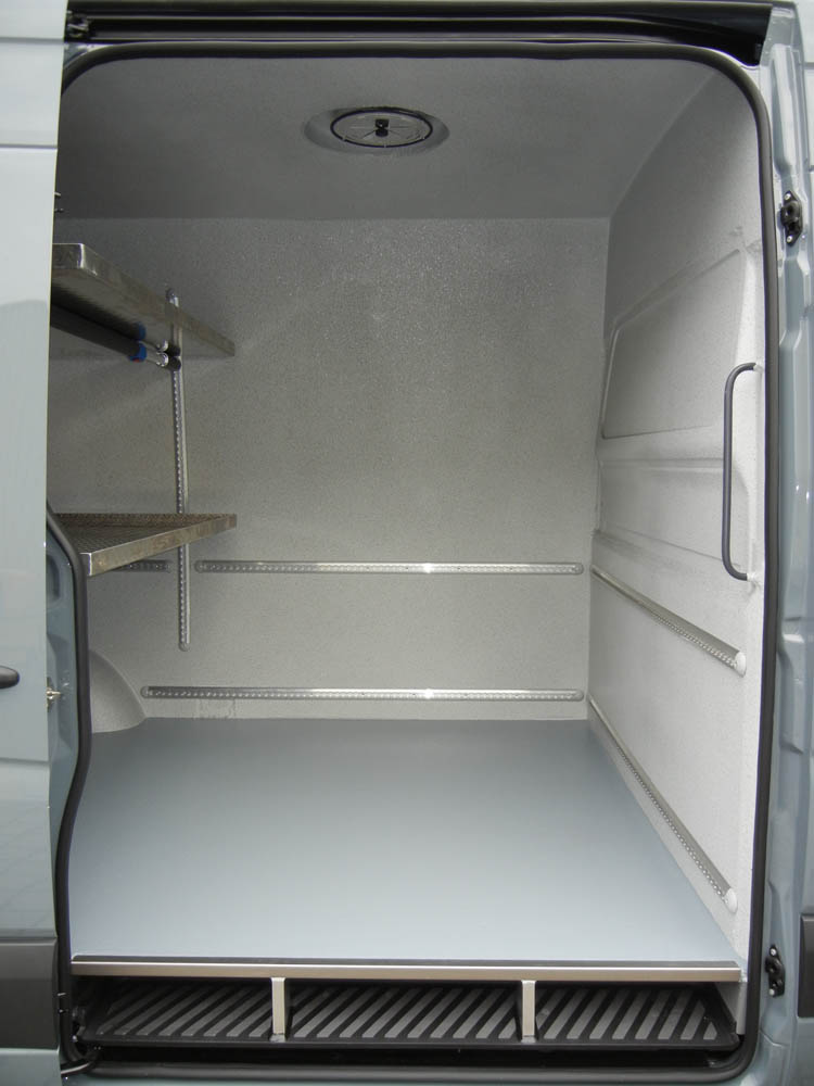 Zwei höhenverstellbare Einlegeböden in einem Metzgerei Transporter