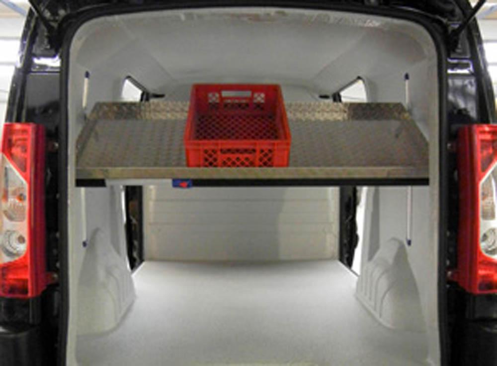 Höhenverstellbarer Einlegeboden bzw. Zwischenboden in einem Bäckerfahrzeug