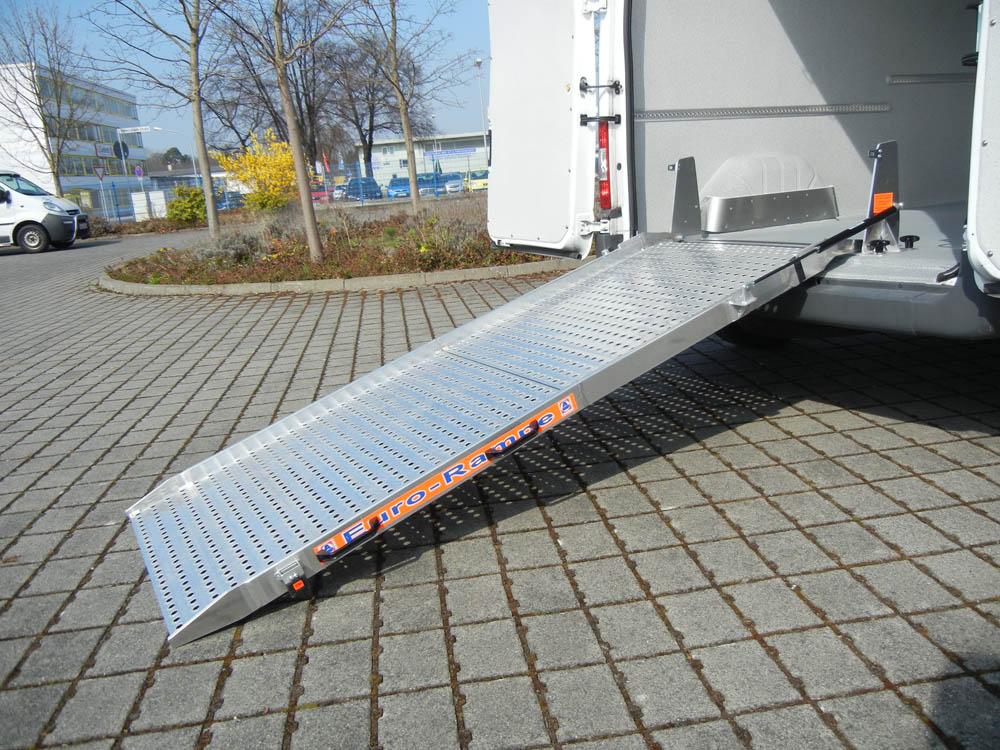 Entnehmbare Euro Klapprampe in einem Lebensmittellieferwagen mit Hygieneausbau