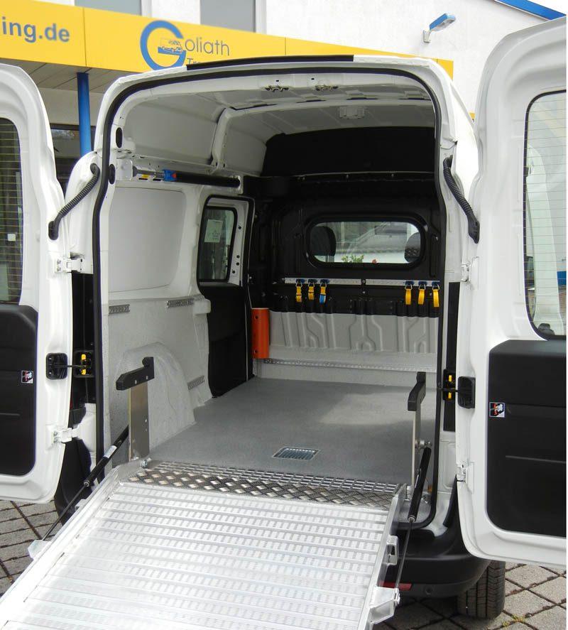 Fahrzeugausbau für einen Hausmeisterservice mit Laderampe zum Einladen des Aufsitzmähers