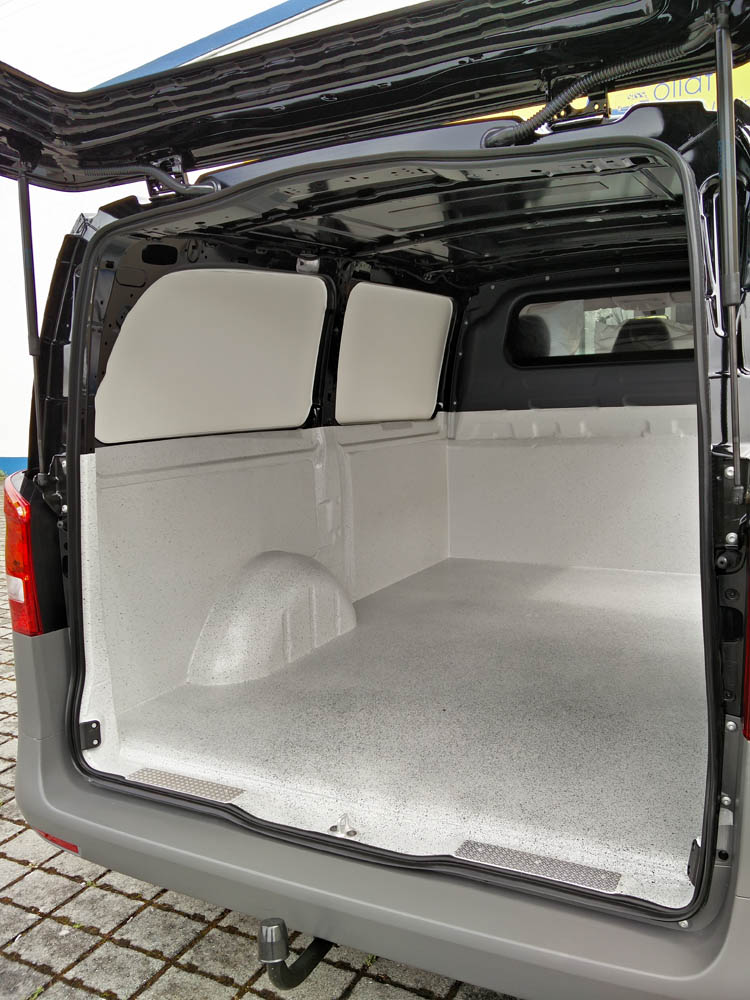 Halbhohe Laderaumbeschichtung und Laderaumverkleidung der Fensterbereiche