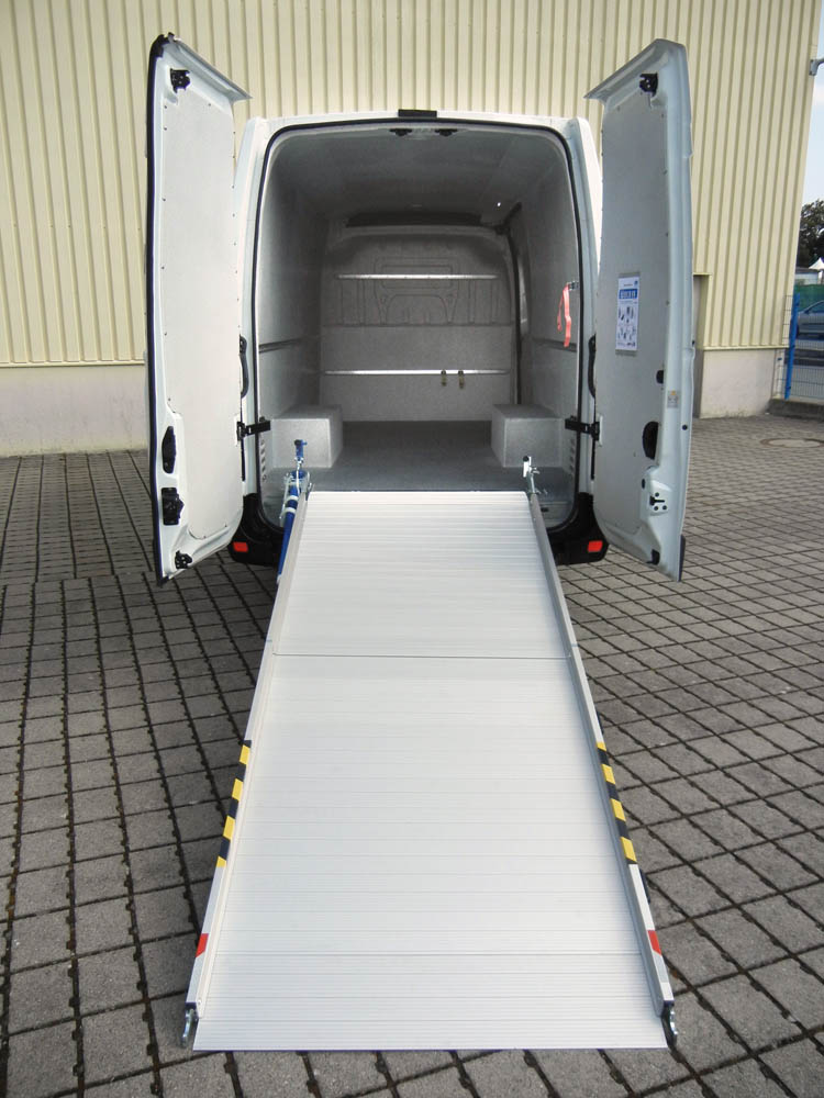 Hygieneausbau mit Laderampe in extra Länge und Airline Zurrleisten zur Ladungssicherung