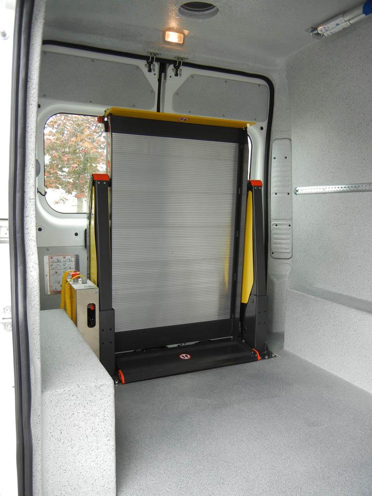 Innenliegende Ladebordwand von Dhollandia eingefahren im Transporter