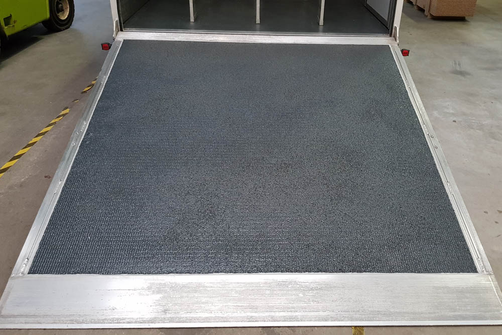 Laderampe bzw. Ladebordwand mit geräuschreduzierender PU Beschichtung