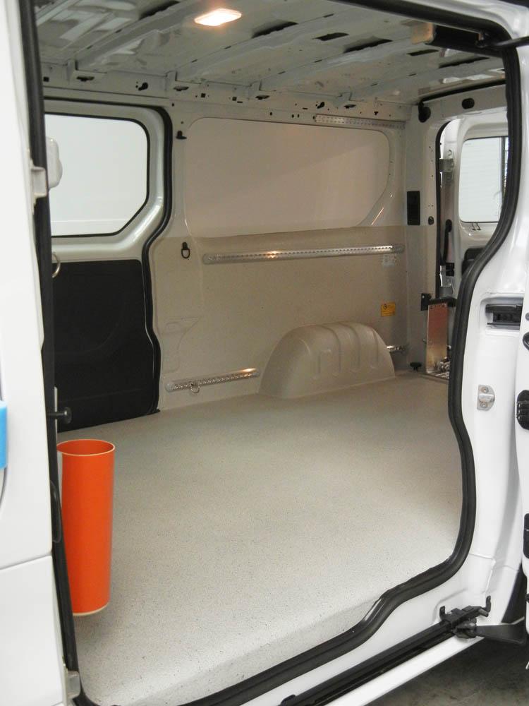 Transporter mit Laderaumausbau inklusive Ladungssicherung und einer Laderampe
