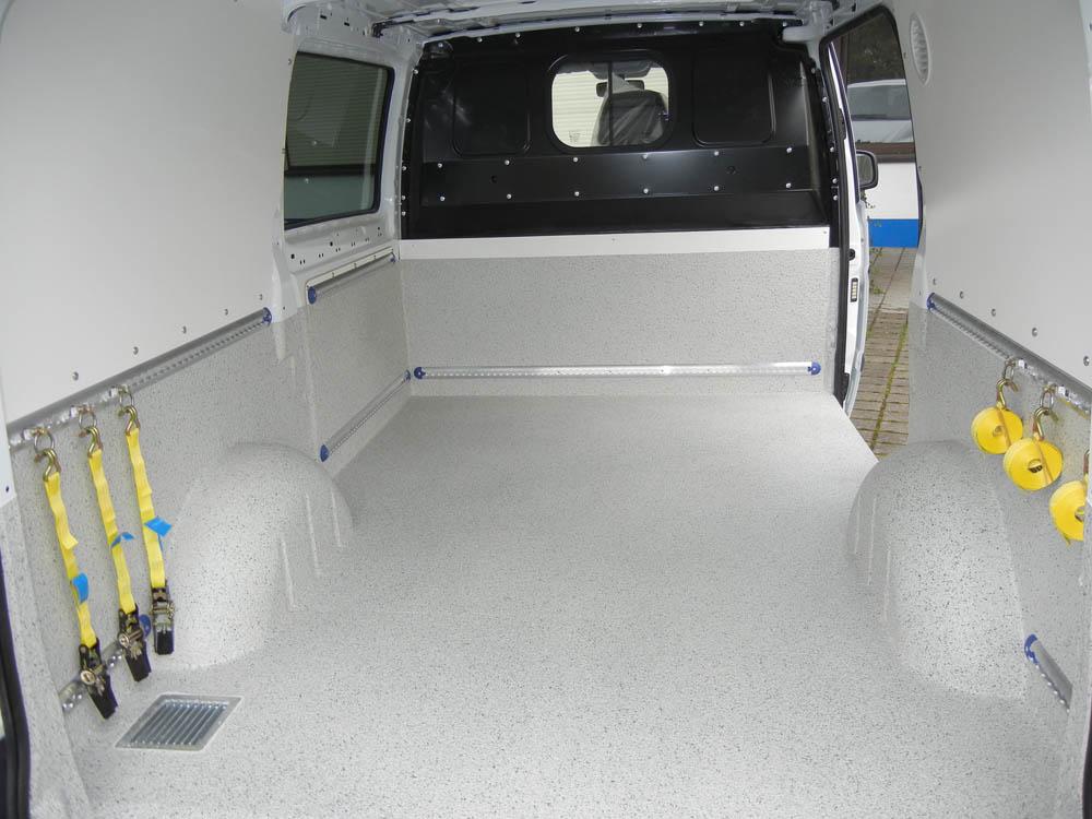 Laderaumverkleidung vom Fahrzeug-Mittellängsholm bis zur Laderaumdecke zusätzlich zur Laderaumbeschichtung