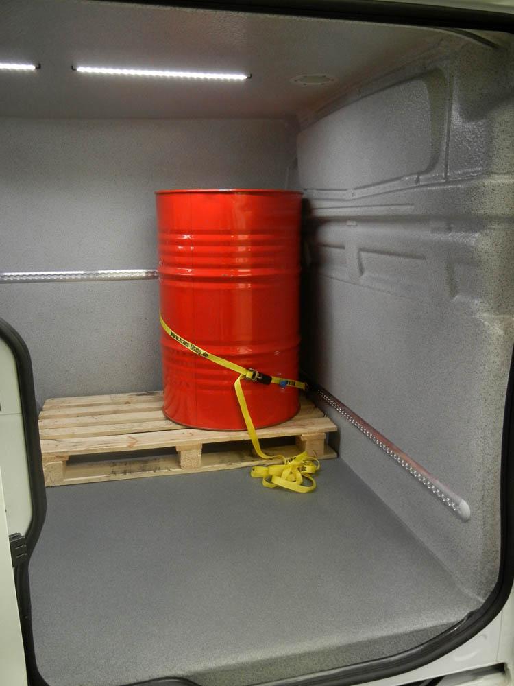 Sicherung der Ladung im Laderaum eines Transporters mittels Airline Zurrleiste und Zurrgurt