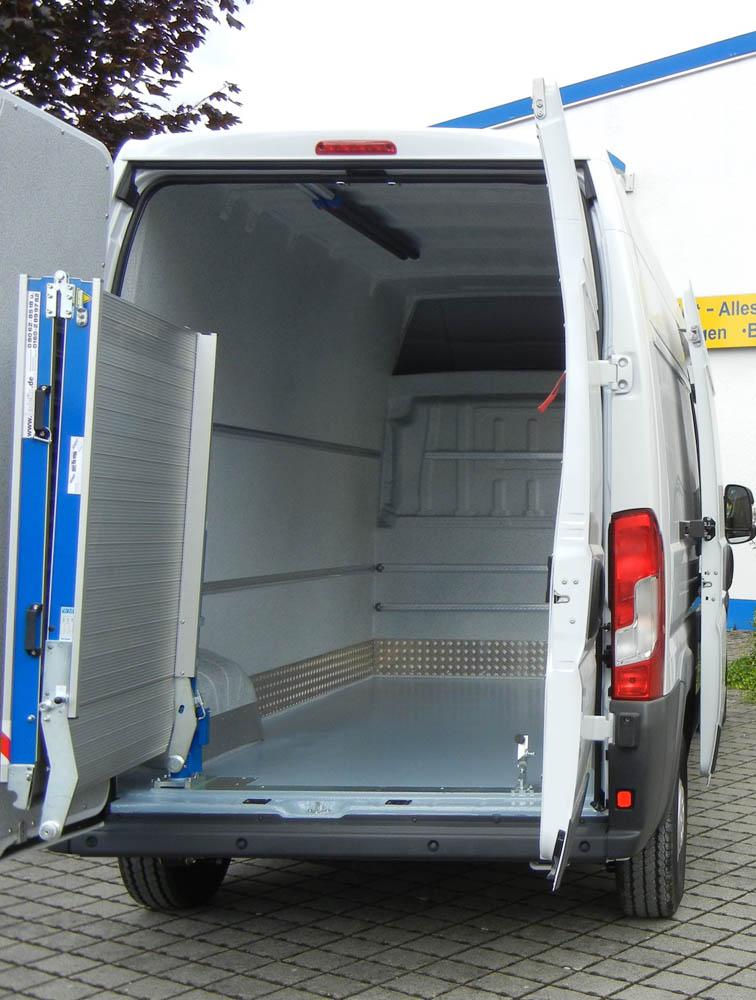 Schwenkbare Laderampe montiert an einem beschichteten Lebensmitteltransporter