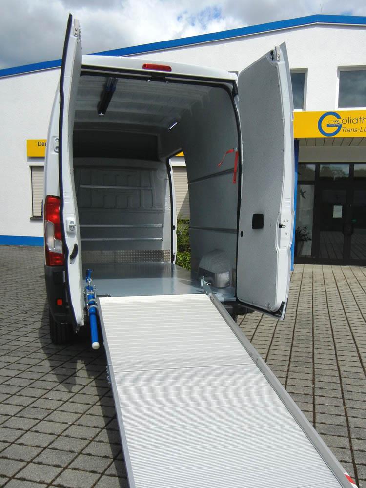 Ausgebauter Lieferwagen gemäß der LMHV mit extra langer Laderampe für die Lebensmittellogistik