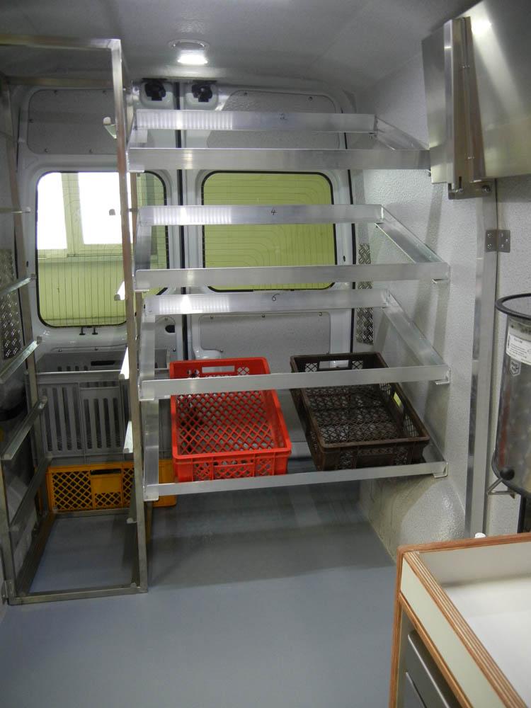 Lebensmitteltransporter ausgestattet mit Regalen zur Präsentation von Backwaren