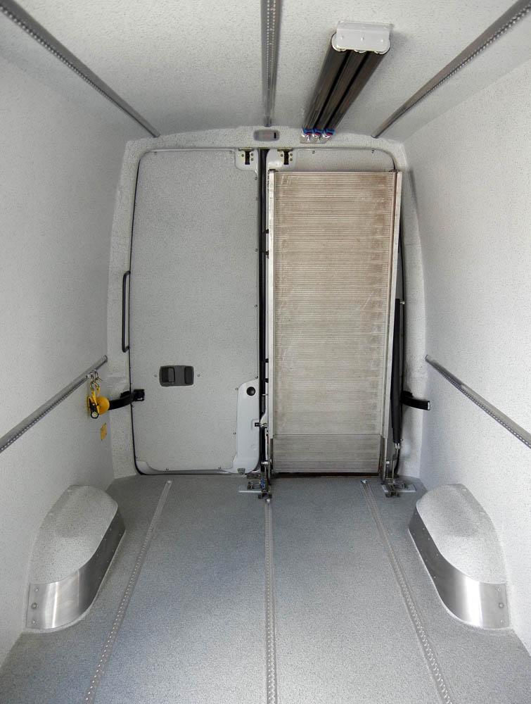 Mehrreihig montierte Zurrleisten zur vertikalen und horizontalen Ladungssicherung mit Sperrbalken