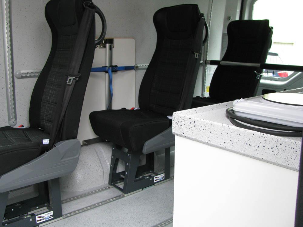 Nachrüstung von Einzelsitzen und Sitzreihe mit Systemboden