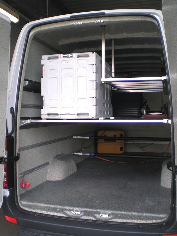 Individuelle Regallösung in einem Lebensmitteltransporter der einer öffentlichen Einrichtung, der AWO