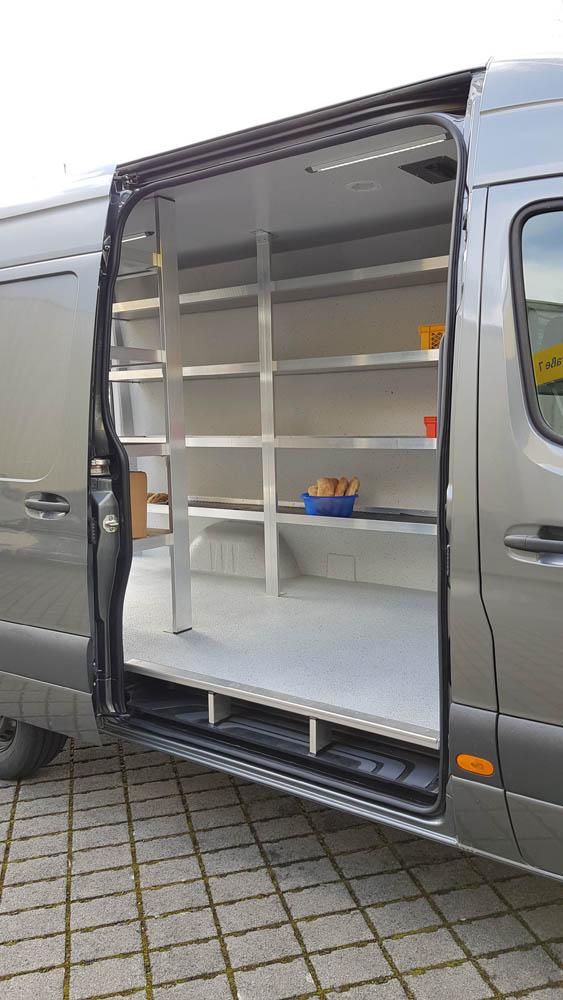 Mit einem Hygieneausbau und individueller Regallösung ausgebauten Transporter der Lebensmittellogistik
