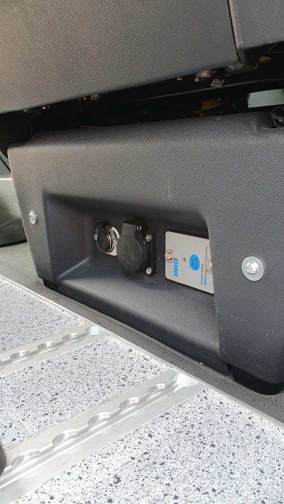 12V und 220V Steckdosen im Beifahrersitz des Fahrerraums nachgerüstet