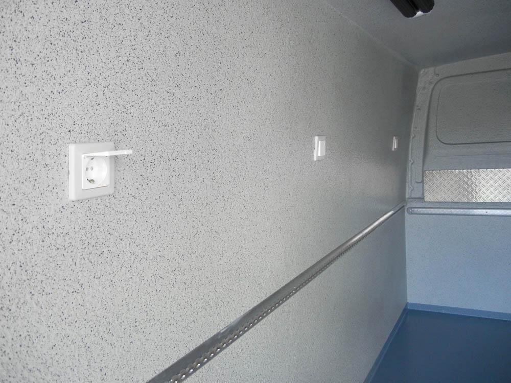 Stromversorgung im Catering Lieferwagen zum Betrieb von Thermobehältern während der Fahrt