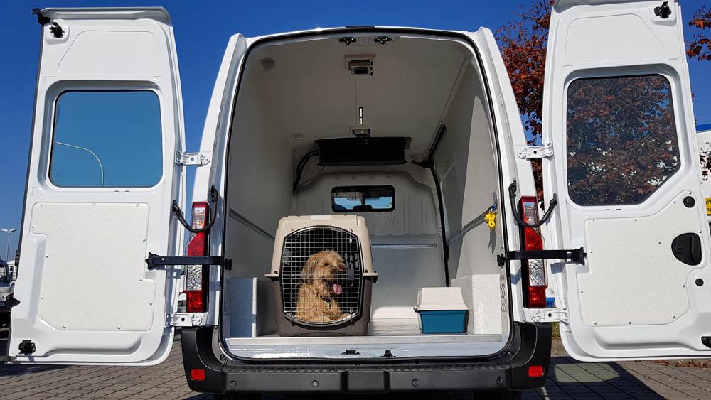Transporter mit spezieller Laderaumausstattung für den Haustiertransport