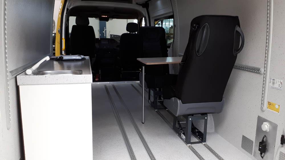 Transporter Nachrüstung mit Fenstern und verstellbaren Sitzen im Systemboden