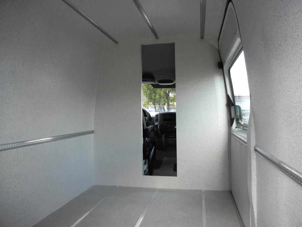 Nachgerüstete Trennwand mit Durchgang im Mercedes Sprinter