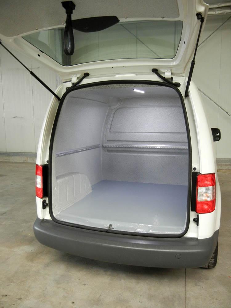 Nachgerüstete Trennwand in einem Volkswagen Caddy