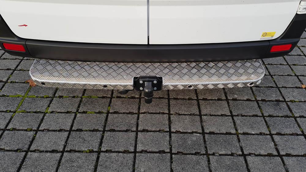 Trittstufe vom Mercedes Sprinter verstärkt zum Anfahrschutz