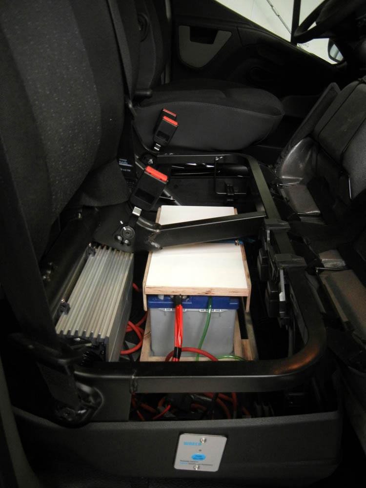 Nachgerüstete Zusatzbatterie unter der Doppelsitzbank