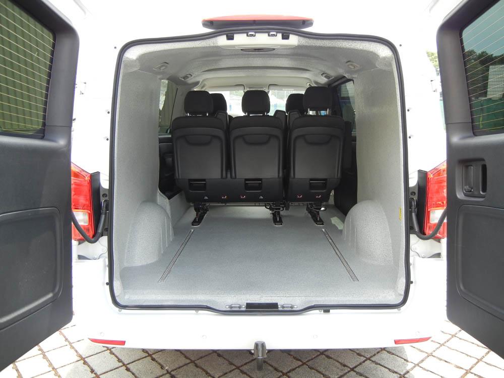 Zweite Sitzreihe im Transporter mit Laderaumbeschichtung