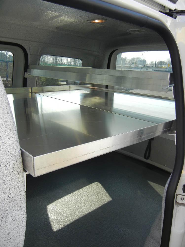 Zwischenböden in zwei verschiedenen Längen im Catering Fahrzeug