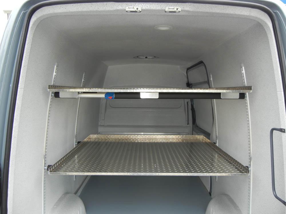 Zwei Zwischenböden mit flexibler Höhenverstellung in einem Metzgerei Lieferwagen